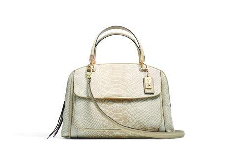 Sling Bag Bunga Hitam lebih moden dengan warna ceria koleksi beg dari coach