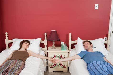 letti separati quando dormire in letti separati migliora la relazione