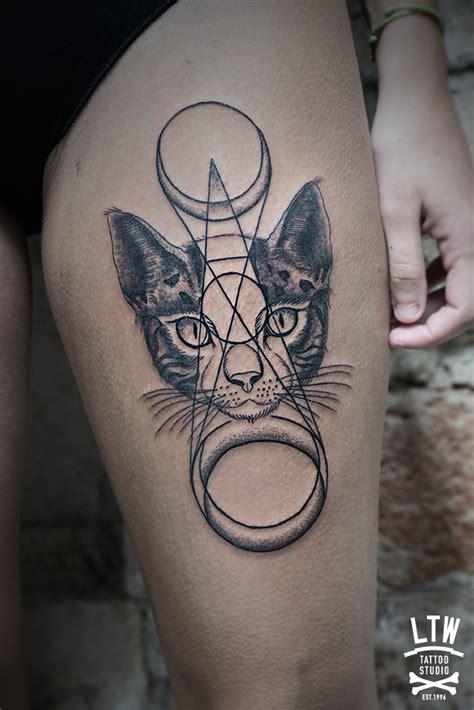 figuras geometricas tattoo cara de gato por manu