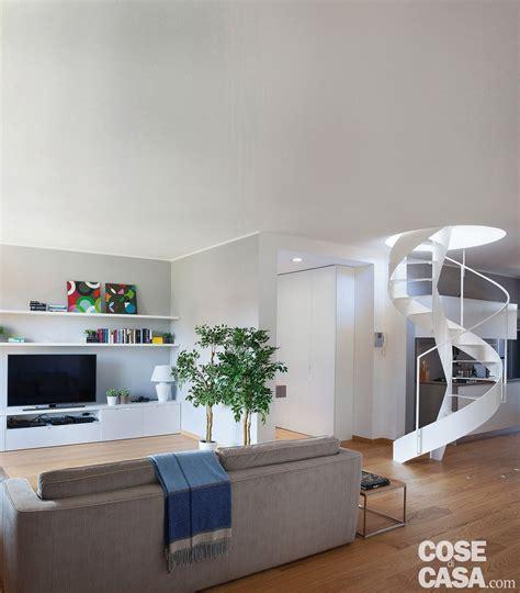 zona soggiorno cucina a vista sul soggiorno nel sottotetto con terrazzi a
