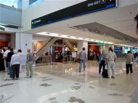 imagenes del aeropuerto miami investigan bolsa sospechosa encontrada en aeropuerto de