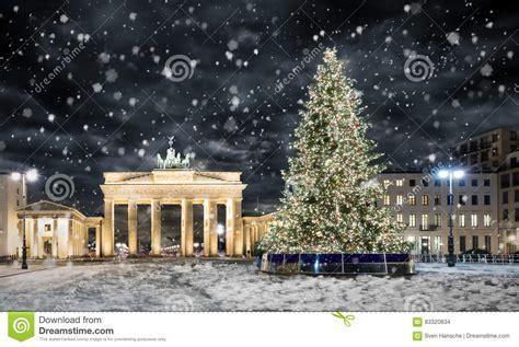 weinachsbaume berlin brandenburger tor in berlin mit weihnachtsbaum und schnee stockfoto bild aufkommen
