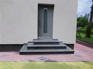 eingangsbereich treppen aussen treppe aussen haus eingang podest naturstein granit beton