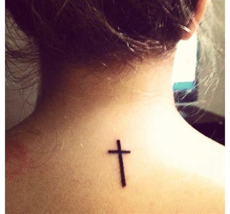 50 tatuajes de cruces en la nuca para chicas belagoria