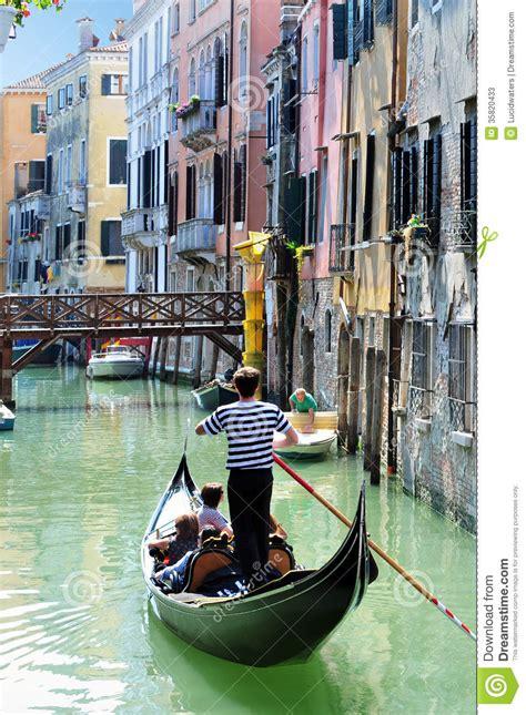 roeien in venetie venice cityscape gondolier rowing gondola editorial