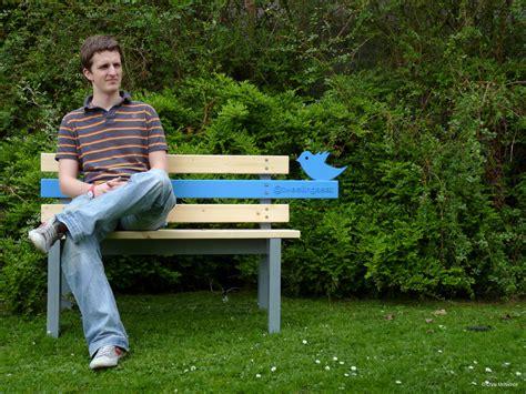 benching someone 座った人の写真をtwitterにアップロードするベンチ tweetingseat gigazine