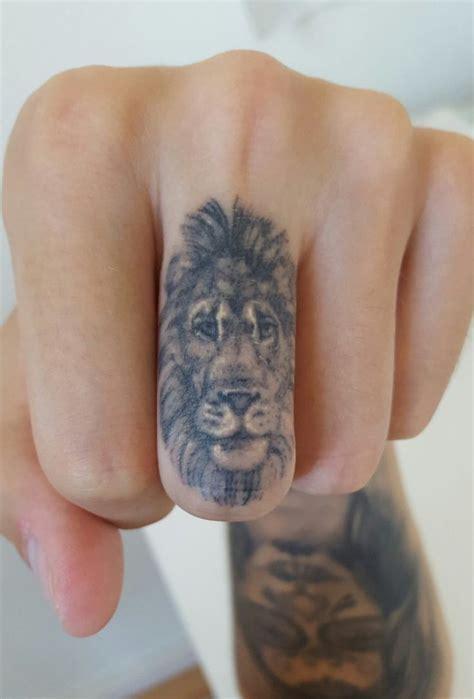 finger tattoo zum kleben die besten 17 ideen zu l 246 wenkopf tattoos auf pinterest
