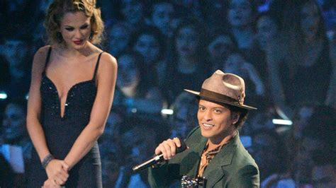 bruno mars height taylor swift bruno mars standing next to tall people will make your day