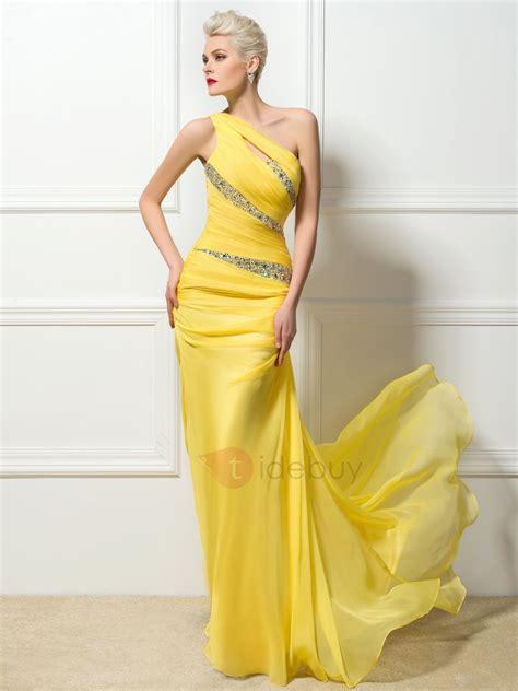 fotomontaje con vestidos de noche vestido de noche largo al piso con un hombro en color