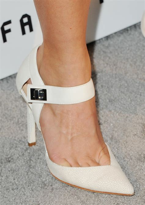what shoes does julianne hough wear in safe haven in april julianne hough showed off creamy heels with a