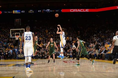 Sepatu Basket League Buzzer Beater stephen curry banks home buzzer beater from beyond halfcourt ny daily news