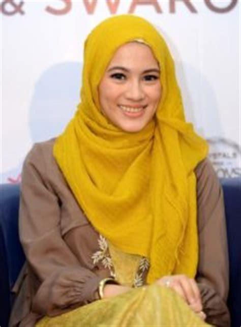 artis berhijab tercantik  indonesia serumenarikcom