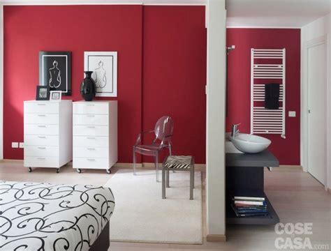parete rossa da letto in meno di 100 mq una casa moderna con geometrie a 3