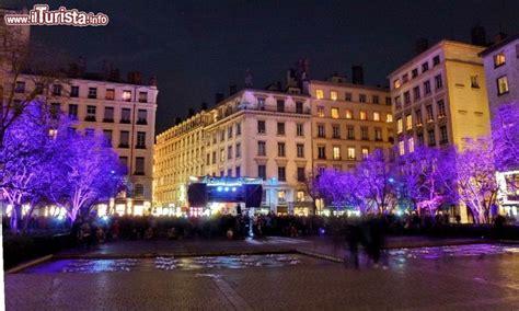 alberi illuminati alberi illuminati con folla in strada guarda tutte le foto