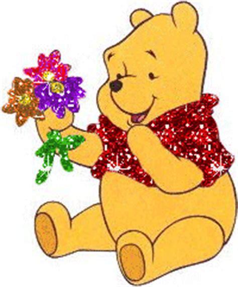 imagenes de winnie pooh con flores winnie pooh sentado agarrando unas flores en su mano