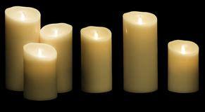 sulla luce delle candele candele candela accesa su fondo nero fotografia stock