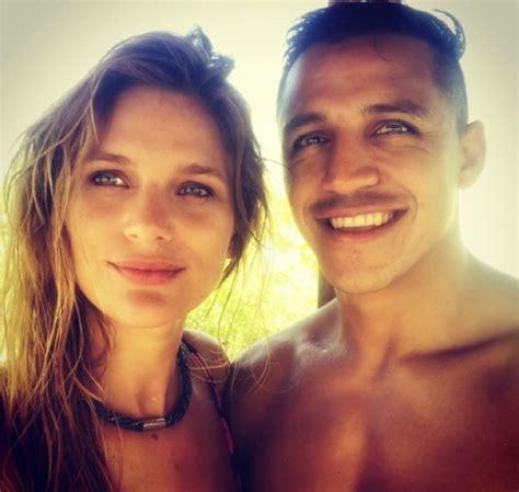 alexis sanchez y su novia 2017 pol 233 mica ca 241 a en facebook exige que famoso futbolista