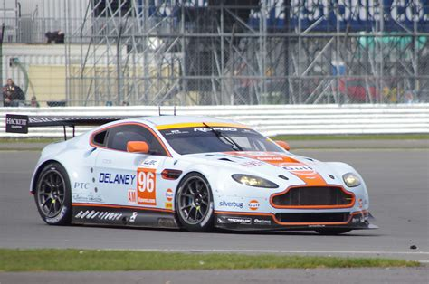aston martin racing datei aston martin racing s aston martin vantage v8 driven