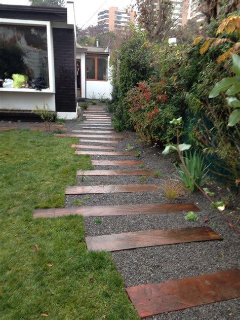jardin con durmientes escalera ingreso huellas jardin
