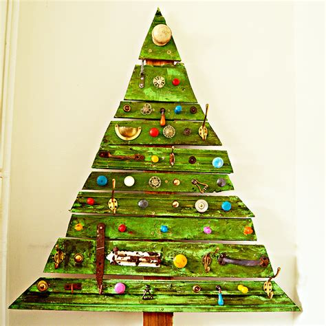 unique diy wooden christmas tree with knobs on pillar