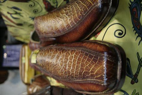 Foto Dan Sepatu Wakai unik dan langka pengusaha ini jualan produk kulit buaya