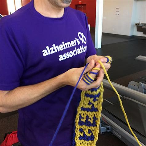 finger knitting world record nyc marathon runner to knit during race ny daily news