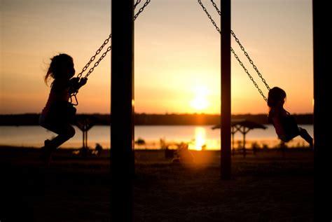 imagenes de niños jugando en un columpio asombrosos beneficios de los columpios para ni 241 os