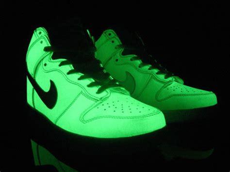 glowing shoes glow in the nike dunk high sb shoes