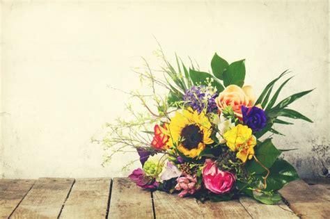 mazzo di fiori bellissimo bellissimo mazzo di fiori su sfondo in legno orizzontale