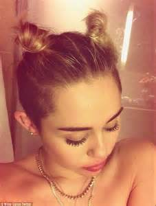 nackt dusche miley cyrus poses with no make up and d hair in another