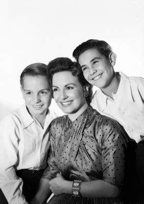 Marga López acompañada de sus hijos Carlos Amador y Manuel