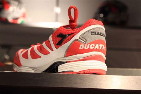 Tshirt Ducati Hitam mengintip harga apparel ducati di flagship store kemang