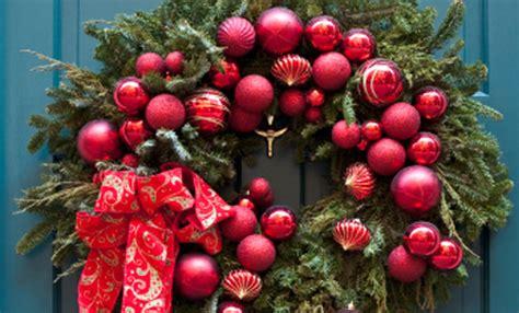 corone natalizie da appendere alla porta ghirlanda di natale fai da te 5 idee per corone natalizie