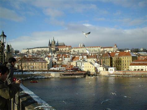 turisti per caso praga square town praga repubblica ceca viaggi vacanze