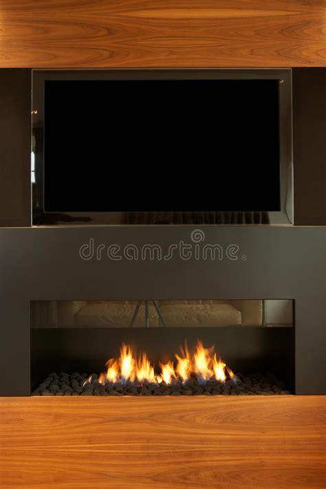 nella casa salotto nella casa moderna con la tv ed il camino