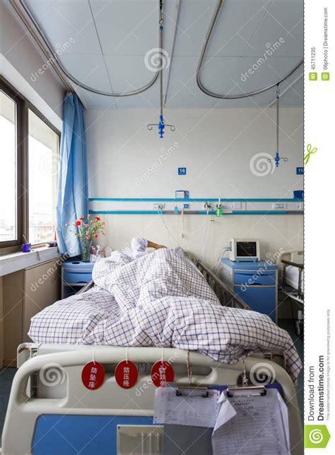 auf dem bett gefesselt der patient auf dem bett im krankenzimmer stockbild bild