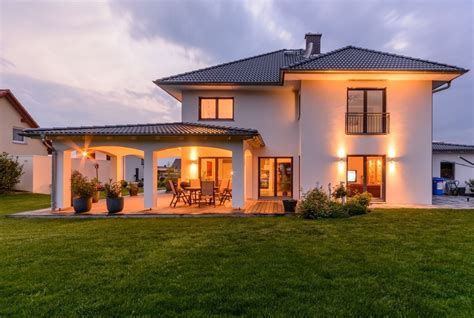 haus mit veranda neubau aussenansicht terrasse architektur