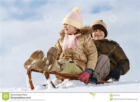 slee kinder slee kinderen stock afbeeldingen afbeelding 7647134