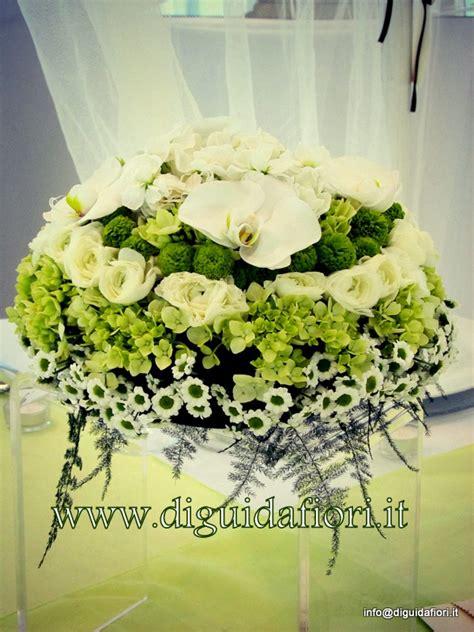 fiori per promessa di matrimonio centrotavola floreale bianco e verde addobbi floreali