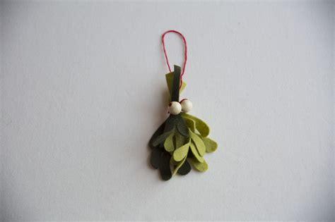 How To Make Mistletoe Out Of Paper - diy felt mistletoe creativebug