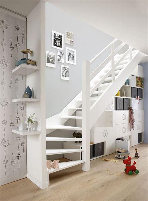 regal unter treppe 20 beispiele wie den raum unter der treppe sinnvoll