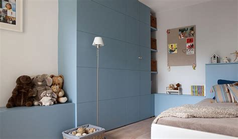 chambre enfant moderne chambre de gar 231 on bleue avec meuble de rangement en bois