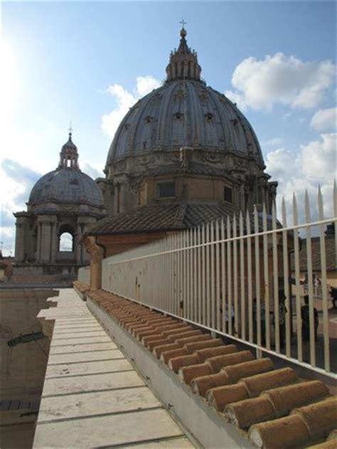 alla cupola di san pietro la cupola di san pietro vista dal terrazzo alla sua base