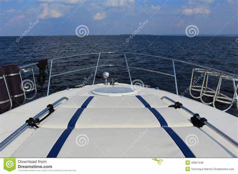 boat sound system ideas vue au dessus de l eau de l arc d un bateau photo stock