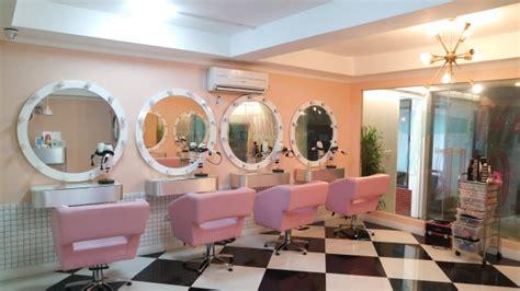 layout salon kecantikan dekorasi salon dan barbershop menggunakan mural dan stiker
