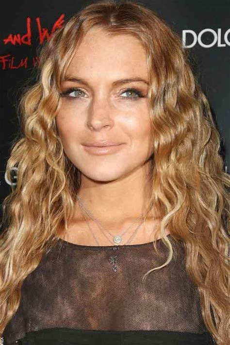 lindsay lohan with medium ash blonde hair very long and curly source hairstyles7 net 14 best images about strawberry blondes on pinterest