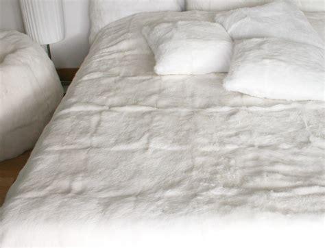 dessus de lit blanc en fourrure de lapin peaudevache
