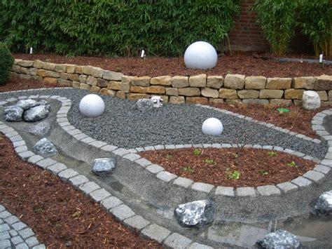 gartengestaltung mit steinen und kies kunstrasen garten