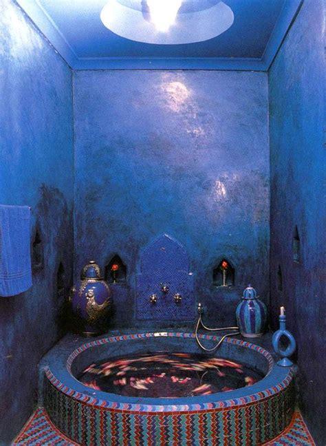 bold blue tadelakt bathroom    bathtub tiled