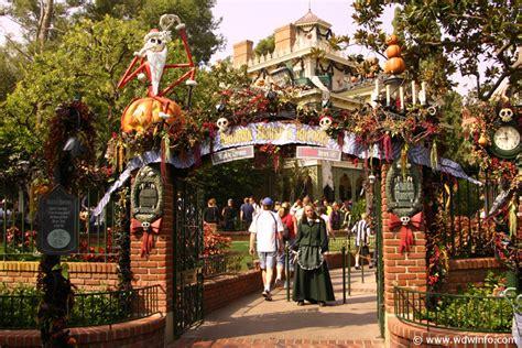 Decorations At Disneyland by Decorations At The Disneyland Resort Img 7295b